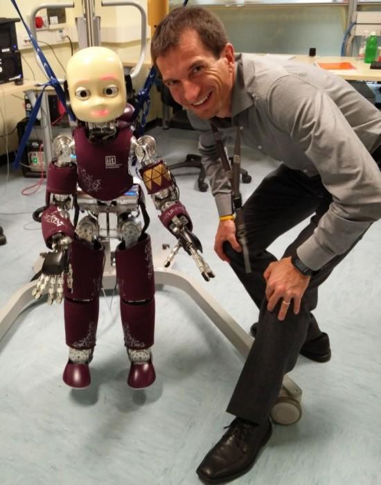 Marco Loguercio con iCub, lo straordinario e innovativo robottino dell'Istituto Italiano di Tecnologia